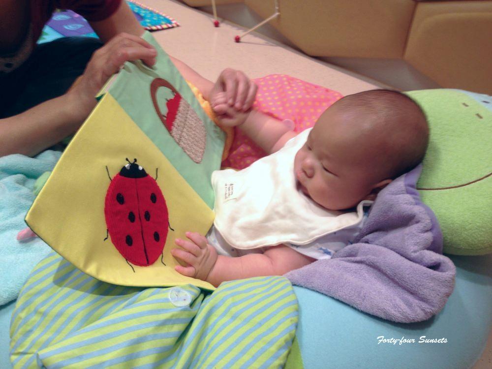 挖出三個月大的照片,那時的小豆就很愛讀書喔~